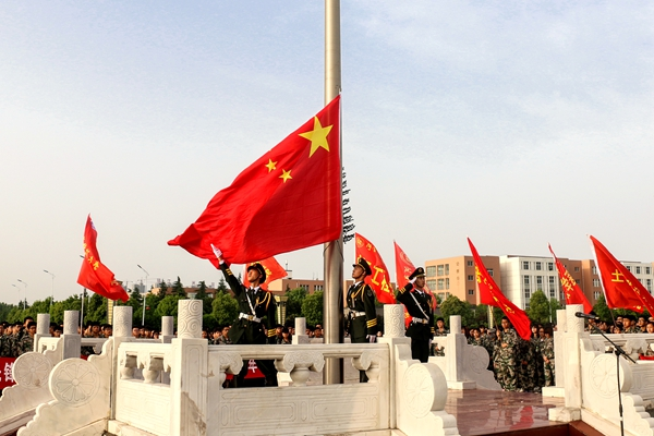 """学校举行升国旗仪式隆重纪念""""五四""""运动98周年图片"""