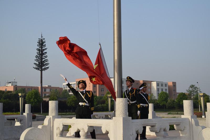 """00,体育学院在开元校区国旗广场举行主题为""""弘扬五四精神,尽展青春"""